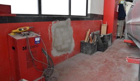 En un dels robatoris, els lladres van fer un butró per accedir a l'interior del taller.