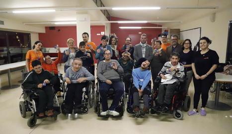 Alguns dels usuaris del centre Aremi, que ahir van rebre els carnets familiars per veure els partits de l'AEM: