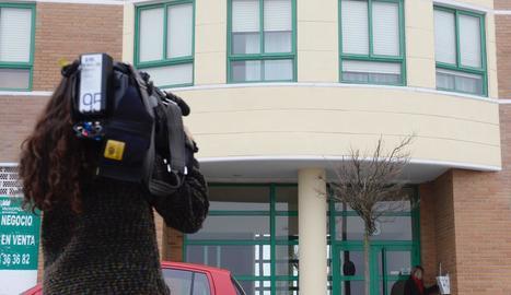 Una periodista grava l'edifici on van tenir lloc els fets a Valladolid.