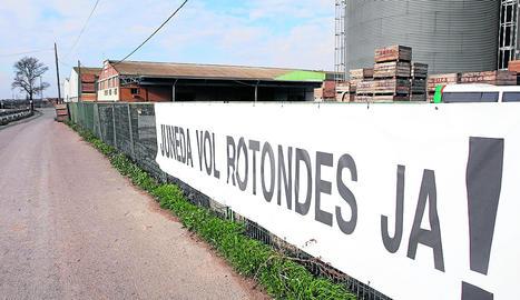 Imatge d'arxiu d'una de les pancartes que reclamaven rotondes a Juneda
