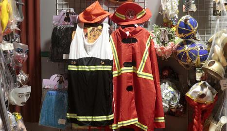 Disfressa de bombera amb vestit i de bomber en un establiment de Lleida.