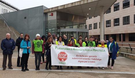 Els membres de la PAH, ahir davant els jutjats del Canyeret.