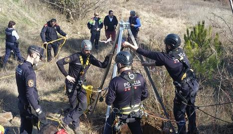 Els especialistes dels Mossos van inspeccionar el pou abans de segellar-lo.