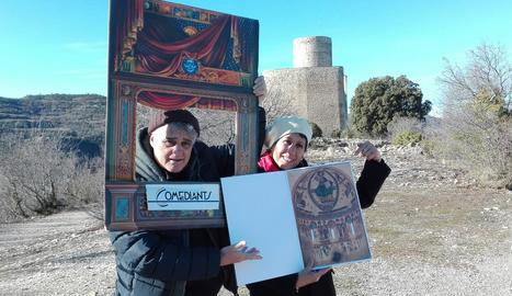Imatge promocional d'actors de la companyia Comediants, amb el castell de Mur al fons.