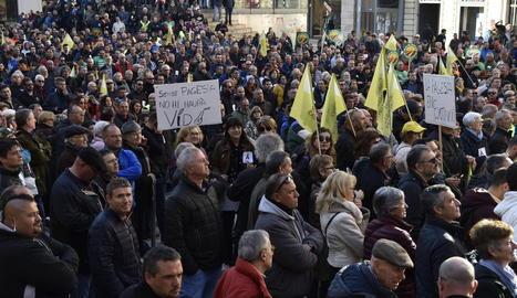 La plaça Sant Joan es va quedar petita per allotjar els manifestants en defensa del camp.