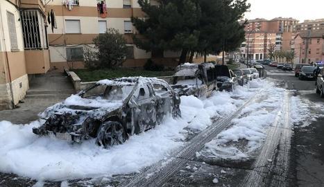 Un foc intencionat va calcinar tres vehicles estacionats al carrer Mart de la Mariola el mes de març de l'any passat.