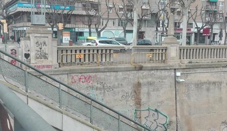 El mur del riu, sense obres de millora després d'un mes