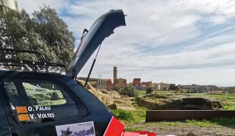 El Citroën Saxo de l'Oriol i el Vicenç, amb el material solidari.