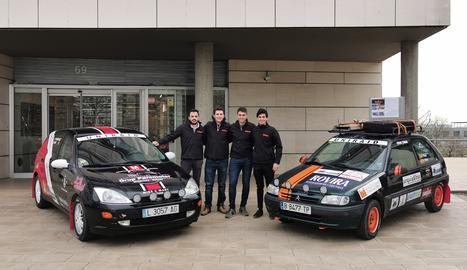 Els 4 estudiants amb els seus vehicles abans de marxar al Marroc.