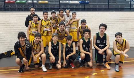 Els dos equips i el tècnic del Pardinyes es van fer una foto en la qual falten l'entrenador i un jugador del Cervera.