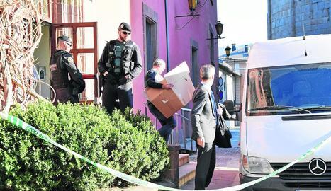 Agents de la Guàrdia Civil durant l'escorcoll a l'ajuntament el mes de març passat.