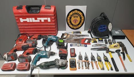 Acusada de robar eines i agredir un urbà