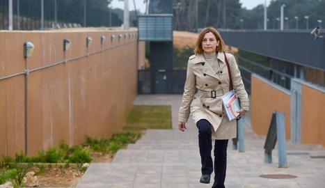 Carme Forcadell, expresidenta del Parlament, ahir, al sortir de la presó de Mas d'Enric.