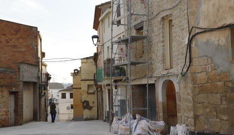 Obres en una casa de Montoliu de Lleida, que té més de 35 habitatges buits al nucli històric.