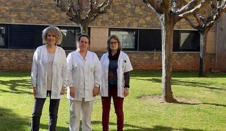 Foto de família de l'equip de Farmàcia i de Dietètica de l'Hospital Universitari Santa Maria amb el certificat de qualitat.