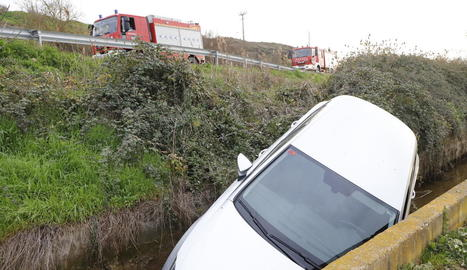 Cau amb el vehicle en una séquia