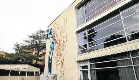 Lily Brik va començar ahir el seu primer encàrrec a Lleida després de 5 anys com a muralista professional.