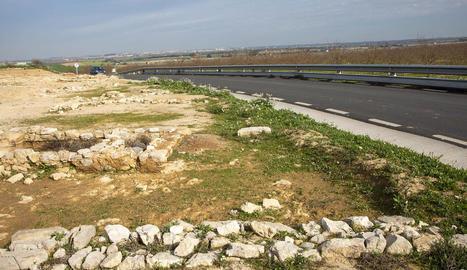 Les restes de la vil·la romana de Verdú, al costat de la carretera.