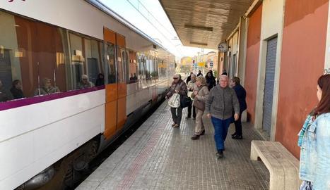 Usuaris del tren de Manresa ahir a l'estació de Tàrrega.