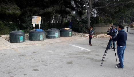Una periodista informa des de la zona en què es va trobar el cos.
