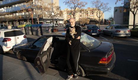 Albert Torruella i la seua gosseta, al cotxe en el qual pernocten des de fa unes setmanes, ahir.