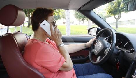 Una usuària de telèfon mòbil.