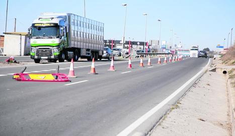 El tancament parcial de la carretera de Vallmanya per reparar l'avaria a la xarxa d'aigua d'Alcarràs.
