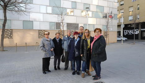 Els membres de la junta de l'associació de veïns de Cappont, a la futura plaça de l'U d'Octubre.