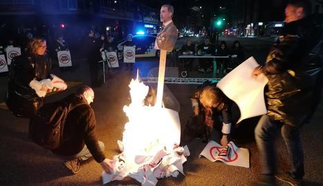 Es disfressen de jutges per cremar una foto del rei Felip VI