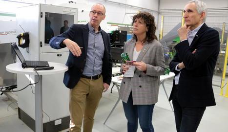 La consellera Teresa Jordà, durant la visita al Fruitcentre de Lleida.