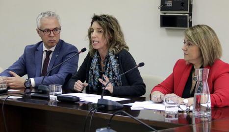 La consellera d'Empresa i Coneixement, Àngels Chacón, amb l'alcaldessa d'Aitona, Rosa Pujol, i el director general de Turisme, Octavi Bono.