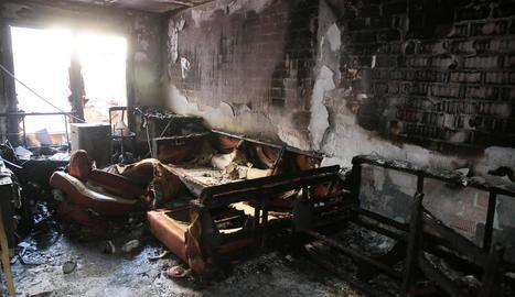El pis on es va originar l'incendi va quedar completament calcinat.