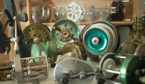 lloc de treball. Totes les peces de restauració, siguin ràdios, rellotges o rodets de pescar,  passen per la 'taula d'operacions' especials que té a casa.