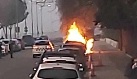 Un vehicle incendiat ahir davant de l'INS Gili i Gaya.