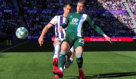 El blanc-i-blau Adrián Embarba lluita per la pilota amb el defensa local Javier Moyano.