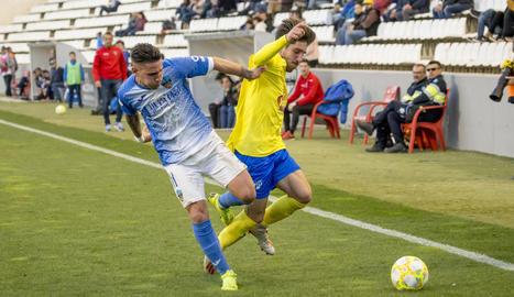Raúl González lluita per la pilota a la banda amb un futbolista de l'Eixea.