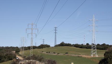 Imatge d'arxiu d'una línia elèctrica de la Noguera.