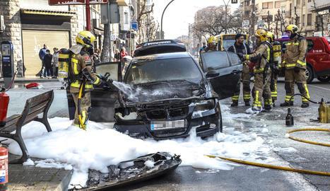 El cotxe va quedar completament calcinat, malgrat els esforços dels Bombers.