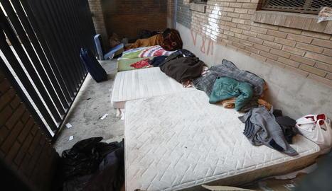 Matalassos i roba en una zona del carrer Palau on solen dormir diverses persones.