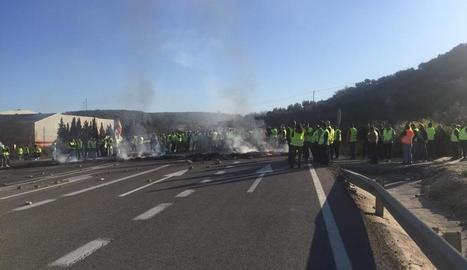Un grup d'agricultors, ahir, tallant la carretera A-306 a la localitat de Pocuna, Jaén.