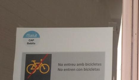 Cartell - La setmana passada el CAP de Balàfia va penjar el cartell que no permet que entrin bicis, patinets i gossos.