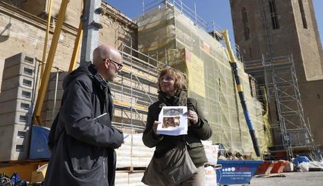 Ramon Solé i Esther Colls, ahir a peu de les obres a la Seu Vella.