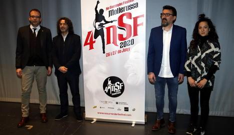 Josep Maria Pons i Antoni Tolmos, del No Surrender Festival, amb l'alcalde de Mollerussa, Marc Solsona, i la regidora de Cultura, amb el cartell de la 4a edició, el 25 de febrer de 2020.