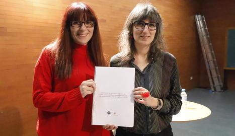 La directora, Mireia Teixidó, i la regidora Sandra Castro.