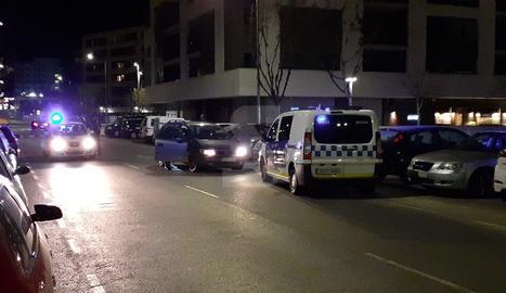Agents de la Guàrdia Urbana a l'escorcollar el vehicle amb què va fugir el conductor.