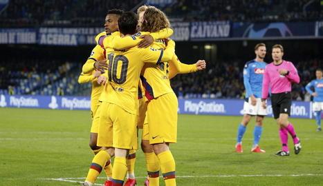Semedo, De Jong i Messi s'abracen amb Griezmann per celebrar el gol del francès, que donava un valuós empat al Barça.