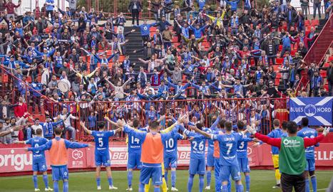Jugadors del Lleida saluden els aficionats que els van acompanyar a Tarragona.