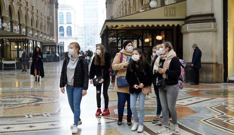 Imatge d'alguns turistes amb màscares al centre de Milà.