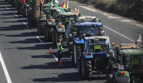 Els tractors es van apropiar ahir l'A-4 al seu pas per la localitat sevillana de Carmona.