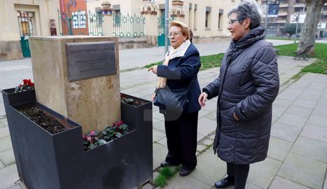 Dos veïnes, al costat del monument sense el bust, que ahir estava en dependències municipals.